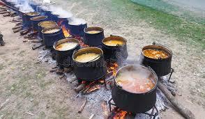 chaudron pour cuisiner cuisson dehors dans le chaudron de fonte image stock image du heat