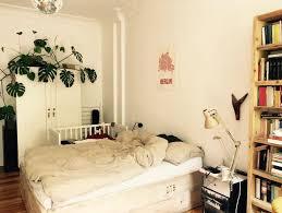 pflanzen für schlafzimmer ein cooles schlafzimmer auf dem hohen bett kann sich