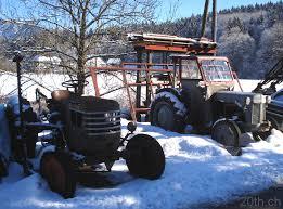 tracteur en bois des vieux tracteurs dans leur biotope naturel