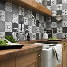 credence cuisine imitation carrelage credence cuisine imitation carrelage dans une cuisine grise un