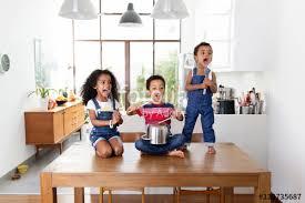 cuisine de groupe des enfants font un groupe de rock avec des instruments de cuisine