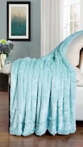 plaid turquoise pour canapé le plaid fausse fourrure confort pour vous et style luxueux pour