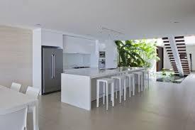 ilot cuisine blanc 99 idées de cuisine moderne où le bois est à la mode