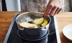 que veut dire pocher en cuisine pocher des fruits geste simple interfel les fruits et légumes