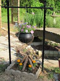 metal fence post horseshoes make a pretty hanging kettle flower