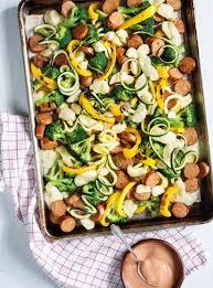 cuisiner des saucisses plaque de saucisses légumes et fromage en grains ricardo