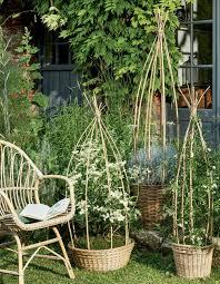 abri jardin bambou faire des paniers tuteurs en bambou pour le jardin marie claire