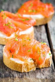 canapés saumon fumé canapés d apéritif de baguette au saumon fumé photographie