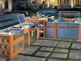 cuisine de jardin en cuisine d été toute équipée en béton et bois avec barbecue