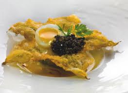 fiori di zucca fritti in pastella fiore di zucca in pastella con consomm礬 di crostacei e zafferano