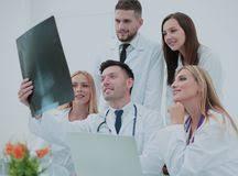 x au bureau les médecins de sourire sont analyzind le rayon x intérieur médical