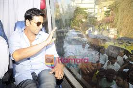 akshay kumar promote thank you outside srk u0027s house mannat on 31st