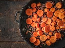 cuisiner des carottes la poele poêlée de carottes aux lardons recette de poêlée de carottes aux