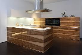 luxus kche mit kochinsel luxuriöse u küche in glänzender holz optik