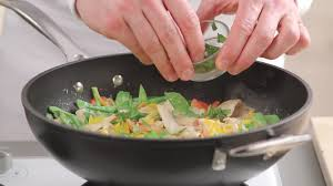 poele à cuisiner poule domestique faire la cuisine cuisiner hd stock