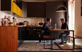 cuisine noir et jaune relooking cuisine une palette tout en jaune et noir