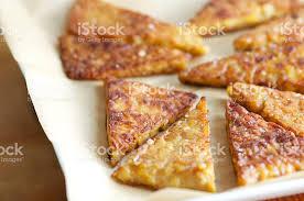 papier parchemin cuisine photo de frit tempeh triangles sur papier parchemin image libre