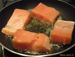 cuisiner pavé saumon pavé de saumon grillé sur lit de fondue de poireaux les