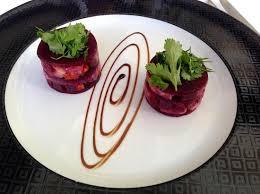 cuisiner les feuilles de betteraves rouges tartare de daurade et chorizo en mille feuille de betterave
