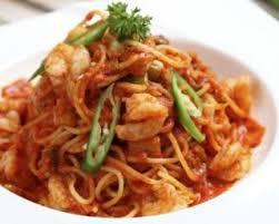 cuisiner des pates chinoises recette de pâtes chinoises aux crevettes et sauce tomate