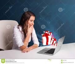 B O Schreibtisch Hübsche Dame Die Am Schreibtisch Sitzt Und Auf Laptop Mit