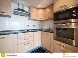 cuisine bouleau cuisine en bois moderne avec les appareils argentés image stock