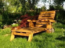 chaise longue palette mobiliers de jardin construits en palettes recyclées gestes