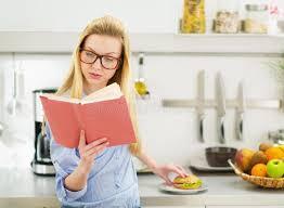 etudiant cuisine fille d adolescent ayant le sandwich dans la cuisine tout en