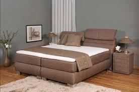 schlafzimmer boxspringbett schlafzimmer mit boxspringbett aus stoffbezug in dunkelbraun
