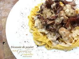 cuisiner les girolles fraiches recette de fricassée de poulet aux girolles et tagliatelles fraîches