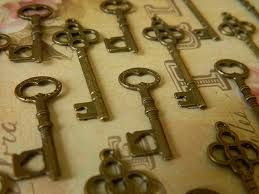 50 small skeleton key charms steunk by glowberrycreations