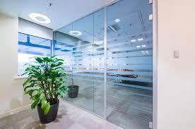 le bureau verte porte en verre et plante verte dans le bureau photo stock image