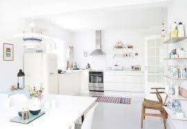 decorer cuisine toute blanche un intérieur danois frais aux couleurs d été cuisine blanche
