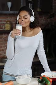 femme dans la cuisine femme dans la cuisine sentant le lait télécharger des photos