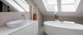 badezimmer mit dachschräge wie wird aus einem kleinen badezimmer mit schrä eine wellness