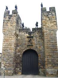 pictures of a castle door file alnwick castle a frontal door jpg