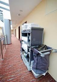nettoyage chambre hotel chariot à nettoyage de chambre d hôtel photo stock image du pièce