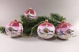 weihnachtskugeln winterlandschaft rot christbaumschmuck und
