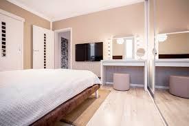 chambre a coucher avec coiffeuse chambre à coucher avec la tv et la coiffeuse photo stock image du