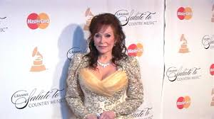 country singer with short hair country singer loretta lynn hospitalized after suffering stroke