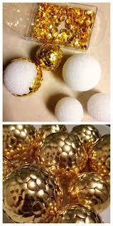 safety pin to make styrofoam balls into ornaments en espanol