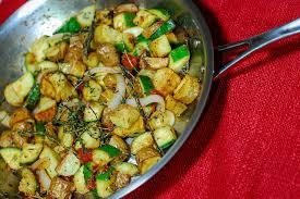 cuisiner des courgettes à la poele poêlée pommes de terre courgettes une recette de plat facile