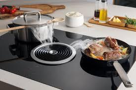 cuisiner avec l induction plaque à induction bora biu avec hotte intégrée disponible chez