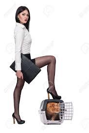 le bureau fille fille dans le bureau des vêtements sur un fond blanc