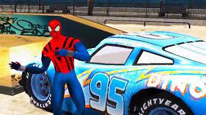 spiderman conduit et joue avec flash mcqueen bleu de cars 2 dinsey