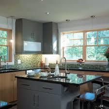 cuisine avec comptoir cuisine éclairée de style urbain et îlot central avec comptoir de