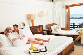 port chambre couples détendant dans des robes longues de port de chambre d hôtel
