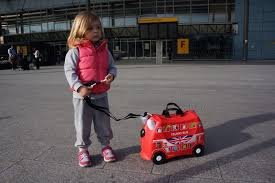 how to entertain toddlers at the airport wave to mummy