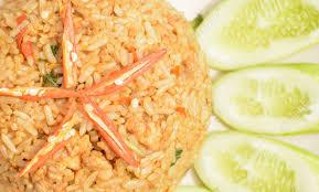 cuisine avec du riz porc frit épicé avec des feuilles de basilic mélangé avec du riz de