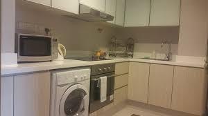 machine a laver dans la cuisine cuisine trés bien équipée réfrigérateur micro ondes four